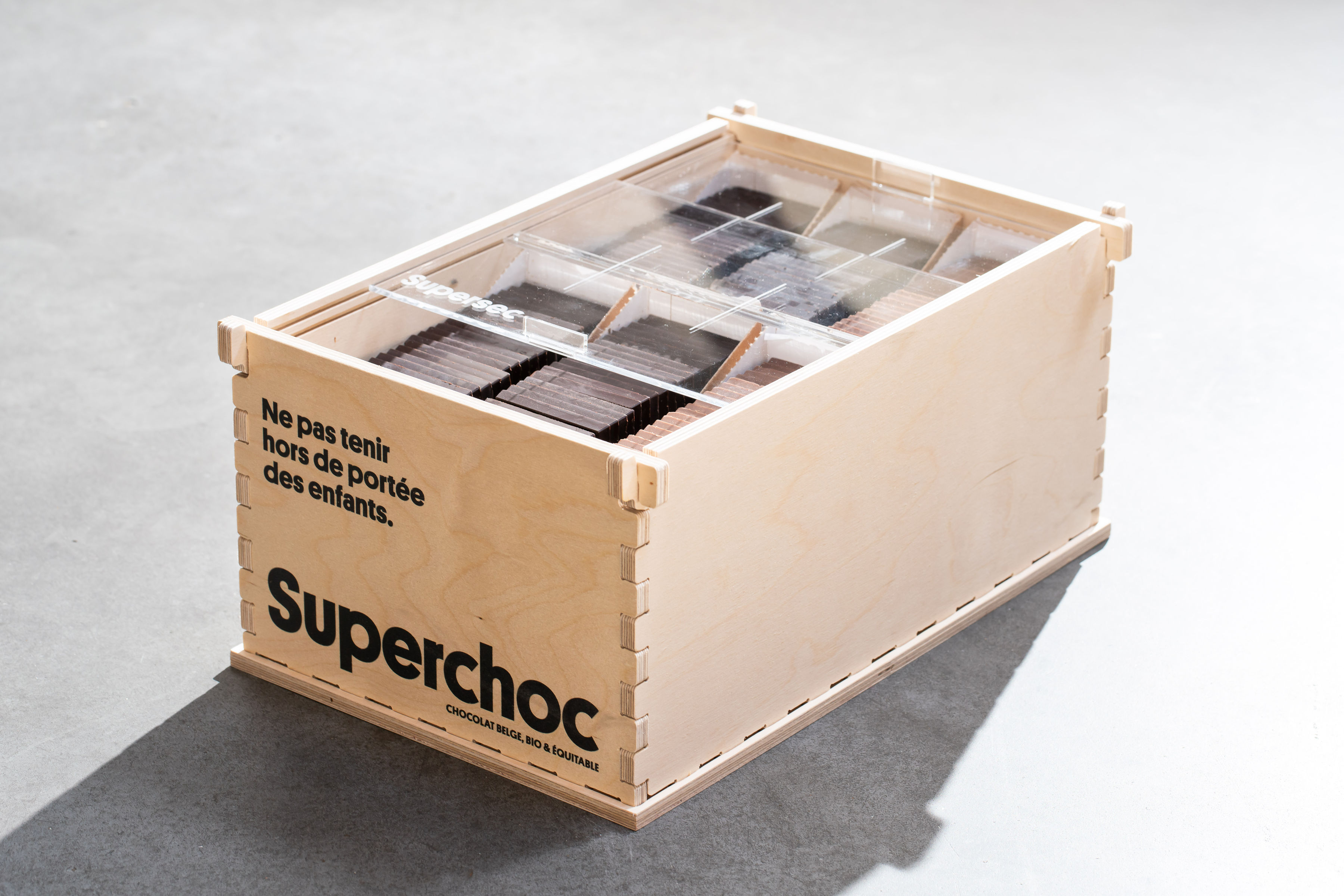 Le meuble en bois de présentation des chocolats belge et bio Superchoc